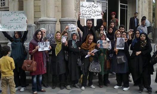 یکی از تجمعهای اخیر خانوادههای زندانیان سیاسی